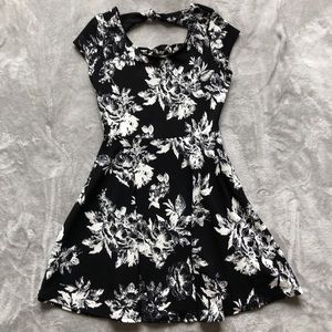 Dresses & Skirts - Black and white floral dress!